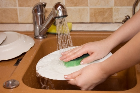 Washing Dishes With Hot Water - Manicure Mistakes (640x426)